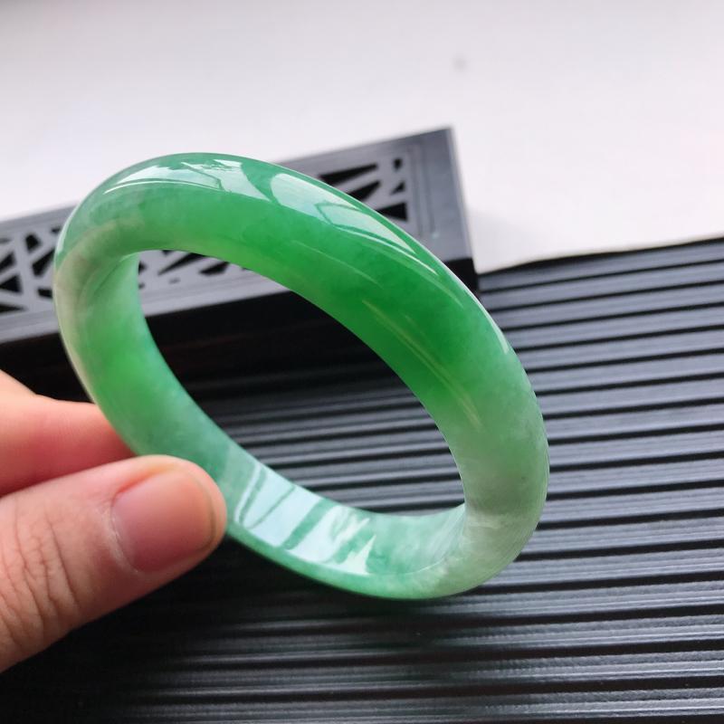 天然翡翠A货细糯种水润满绿正圈手镯,尺寸56.7-12.3-7.8mm,玉质细腻,种水好,胶感十足,