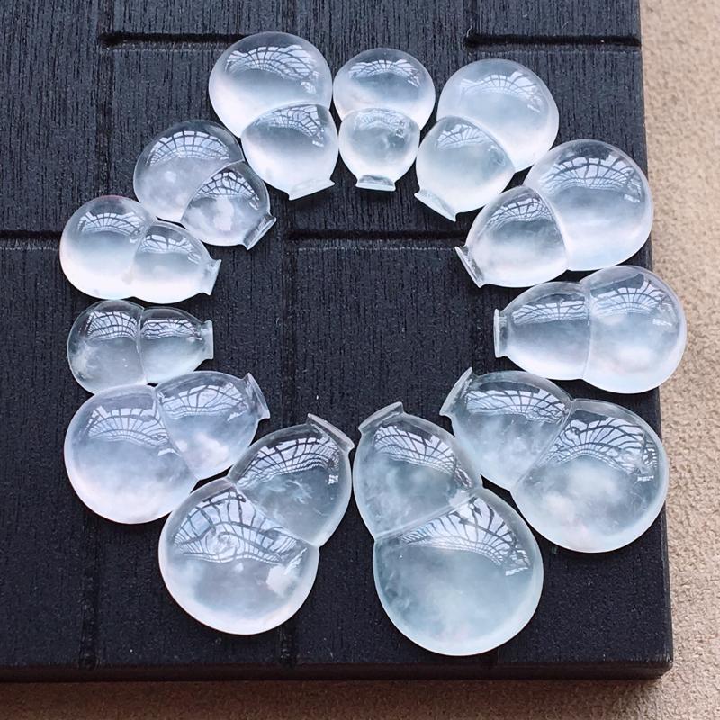 自然光实拍,缅甸a货翡翠,冰种木那葫芦,种好通透,起荧光,水润细腻,品质佳16.5*10.5*4mm