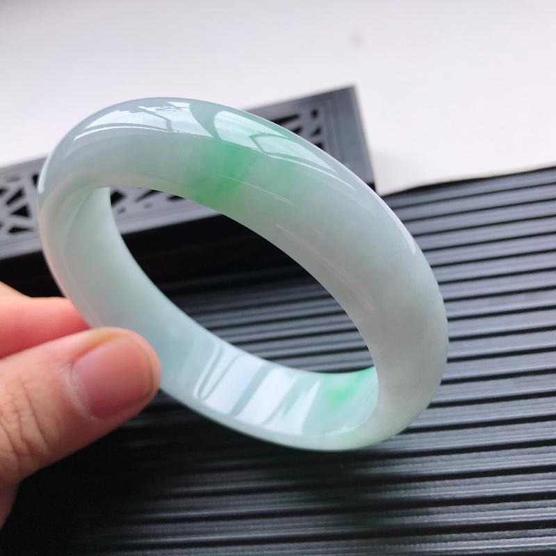 天然翡翠A货细糯种水润飘绿正圈手镯,尺寸59.5-15.8-8mm,玉质细腻,种水好,胶感十足,底色