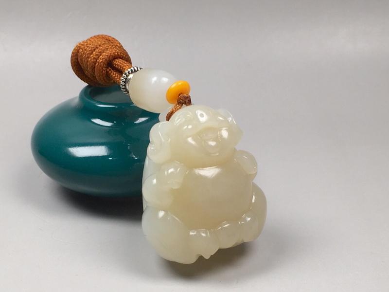 【苏工精品 【福猪·祝福】43.5克 新疆且末,红糖白肉,苏工雕刻,可爱精细。玉质油润,肥美胖乎乎,越看越爱。规格34*29.6*25mm##**】图3