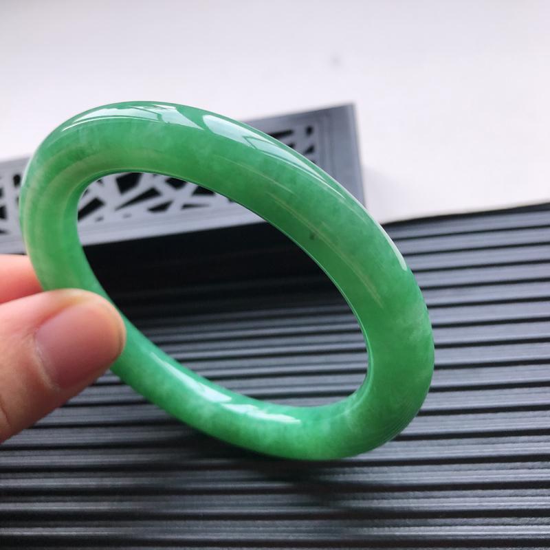 天然翡翠A货糯化种水润满绿圆条手镯,有细纹