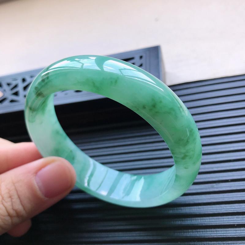 天然翡翠A货糯化种水润飘绿花正圈手镯,尺寸57.5-15.7-7.2mm,玉质细腻,种水好,胶感十足
