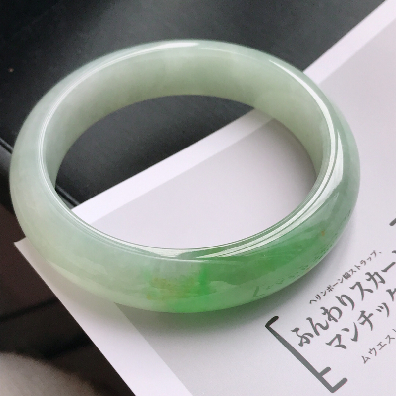 飘绿天然翡翠A货手镯,老坑种尺寸58.5*14.5*8.3,手镯佩戴在手贵气好看