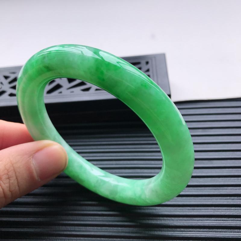 天然翡翠A货细糯种水润飘绿圆条手镯,尺寸56.5-11mm,玉质细腻,种水好,胶感十足,底色好,上手