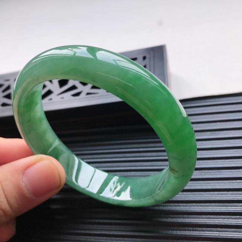 天然翡翠A货糯化种水润满绿正圈手镯,尺寸57.4-13.6-8.2mm,玉质细腻,种水好,胶感十足,