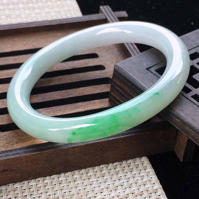 圈口:54-55,天然翡翠A货—飘绿莹润贵妃手镯,尺寸:54.6/48.2/8.6/8.