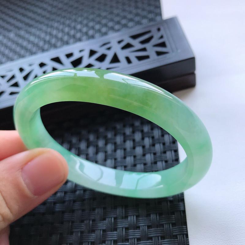 天然翡翠A货糯化种水润飘绿种水贵妃手镯,尺寸54.9-46.4-9.7-7.4mm,相当于正圈52.