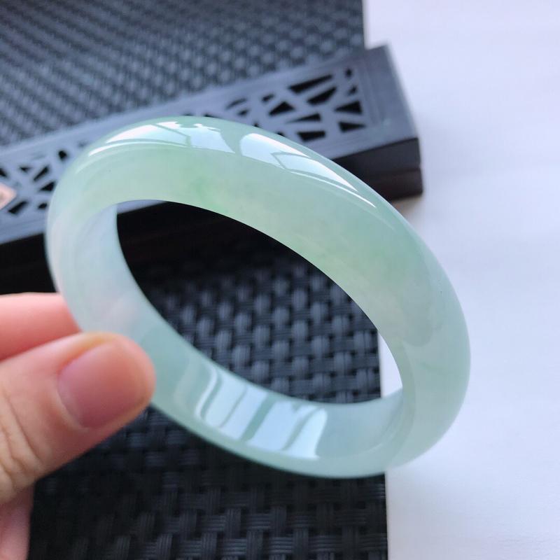 天然翡翠A货冰糯种通透飘绿种水正圈手镯,尺寸57.9-14.2-7.6mm,玉质细腻,种水好,胶感十