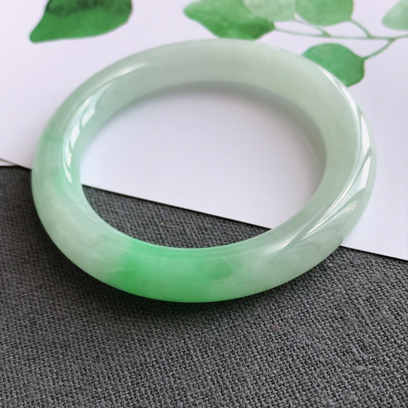 s1.23.9飘绿圆条手镯天然翡翠a货手镯,圈口54.2-10-10.2 料子细腻水润,佩戴在手高档