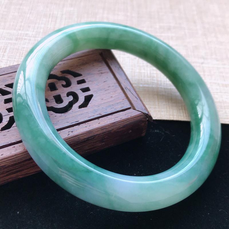 圆条:58.5。天然翡翠A货。老坑糯化种飘绿圆条手镯。玉质莹润,佩戴奢华优雅。尺寸:58.5*12m