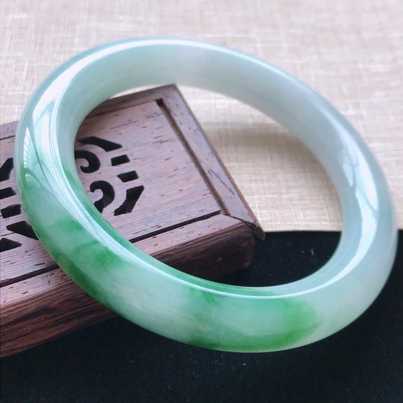 圆条:55.8。天然翡翠A货。老坑糯化种飘绿圆条手镯。玉质莹润,佩戴奢华优雅。尺寸:55.8*11m