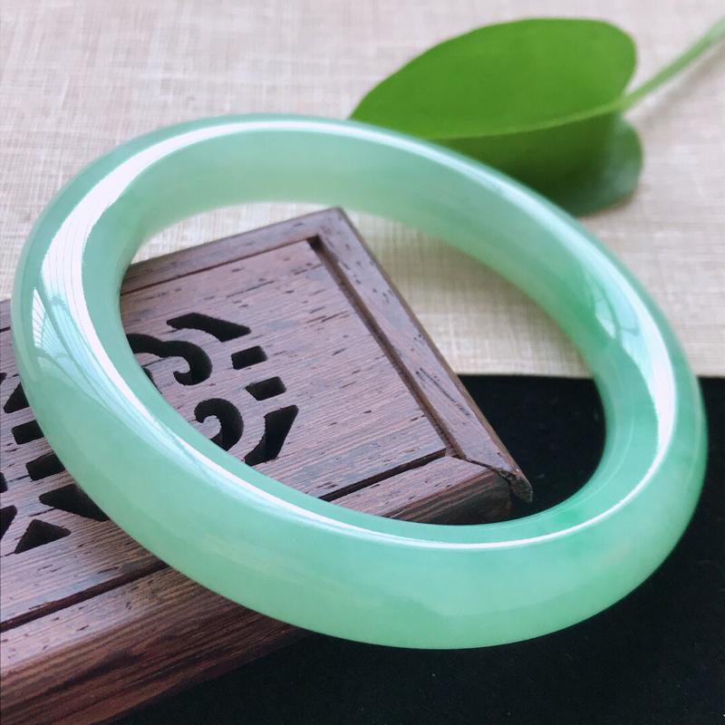 圆条:54。天然翡翠A货。老坑冰糯种满绿圆条手镯。玉质莹润,佩戴高贵优雅。尺寸:54*11mm