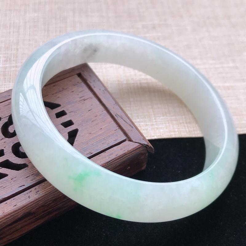 正圈:60。天然翡翠A货。老坑糯化种飘绿手镯。玉质莹润,佩戴清秀优雅。尺寸:60*13.6*8mm