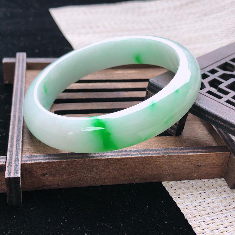 圈口:57,天然翡翠A货—飘翠绿莹润正圈手镯,尺寸:57.2/13.3/8,完美