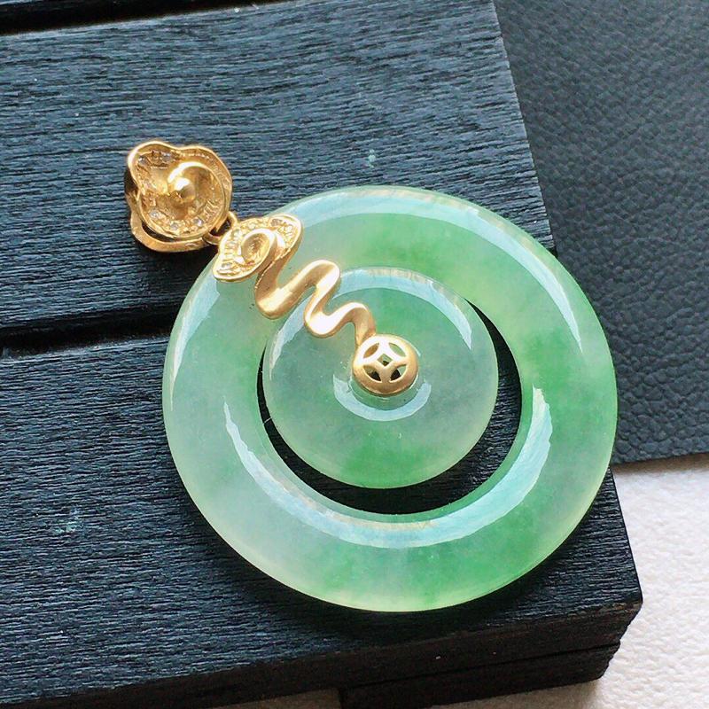 缅甸翡翠18k金伴钻镶嵌带绿母子平安环吊坠,自然光实拍,颜色漂亮,玉质莹润,佩戴佳品,包金尺寸:31