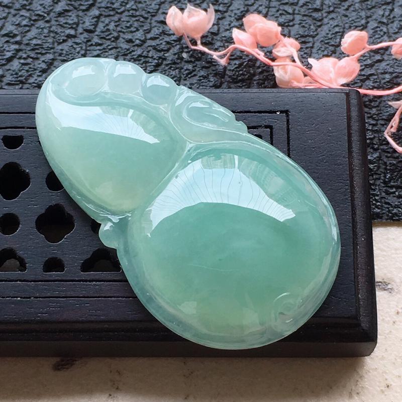 缅甸翡翠带绿葫芦吊坠,自然光实拍,颜色漂亮,玉质莹润,佩戴佳品,尺寸:31.2*18.0*5.9mm