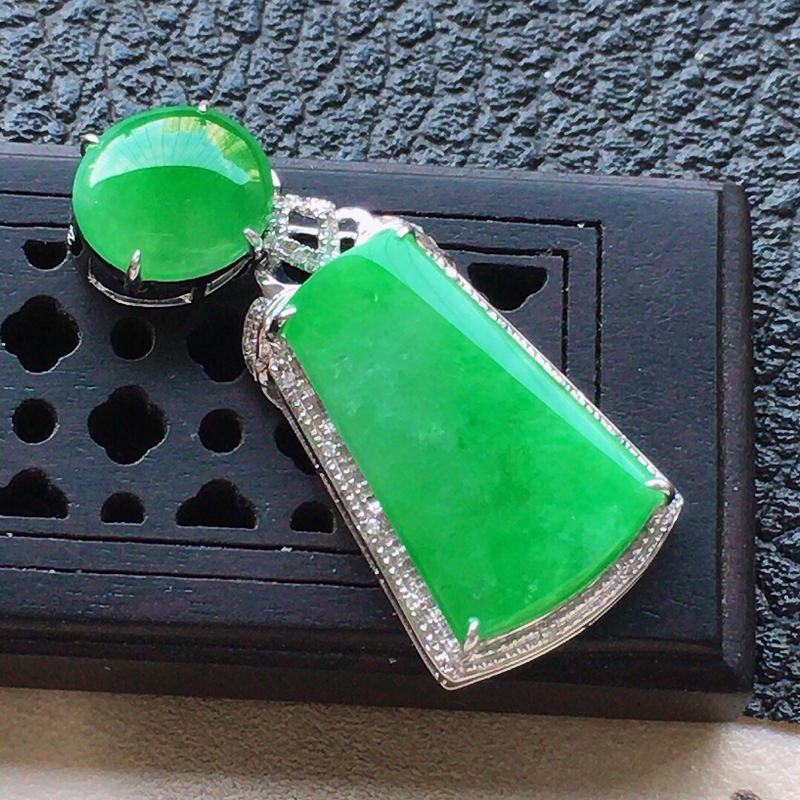 缅甸翡翠18k金伴钻镶嵌满绿素面牌吊坠,自然光实拍,颜色漂亮,玉质莹润,佩戴佳品,包金尺寸:32.2