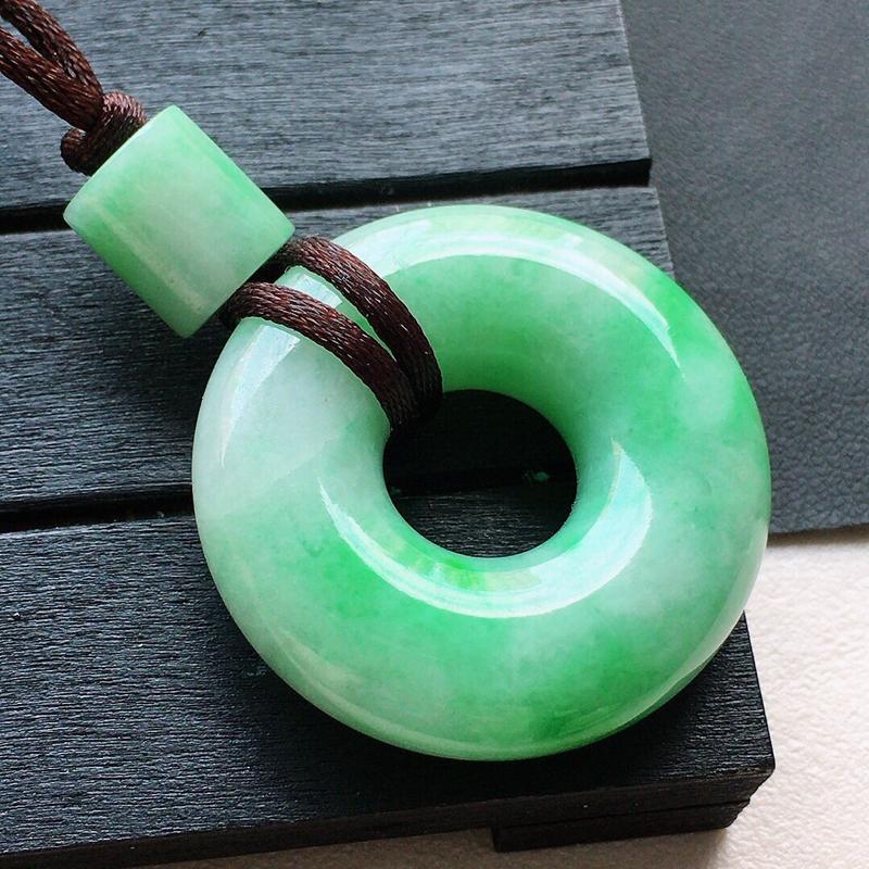 缅甸翡翠带绿平安扣吊坠(顶珠为装饰珠),自然光实拍,颜色漂亮,玉质莹润,佩戴佳品,尺寸:33.2*1