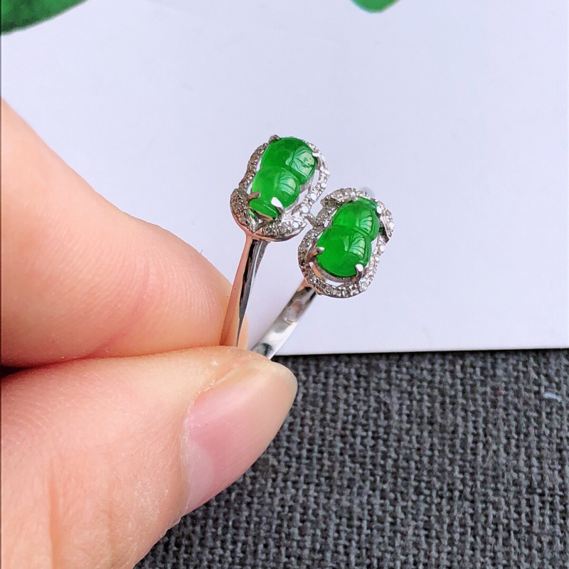 镶嵌18k金伴钻葫芦戒指,天然翡翠A货,内径17mm裸石长7-4.6-3