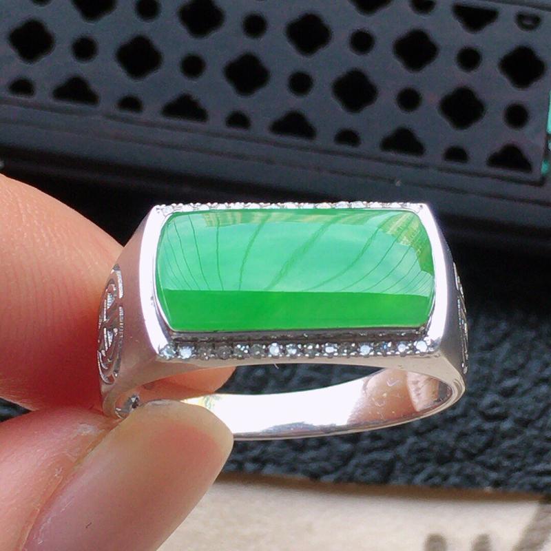 缅甸翡翠19圈口18k金伴钻镶嵌满绿素面牌戒指,自然光实拍,颜色漂亮,玉质莹润,佩戴佳品,内径:19
