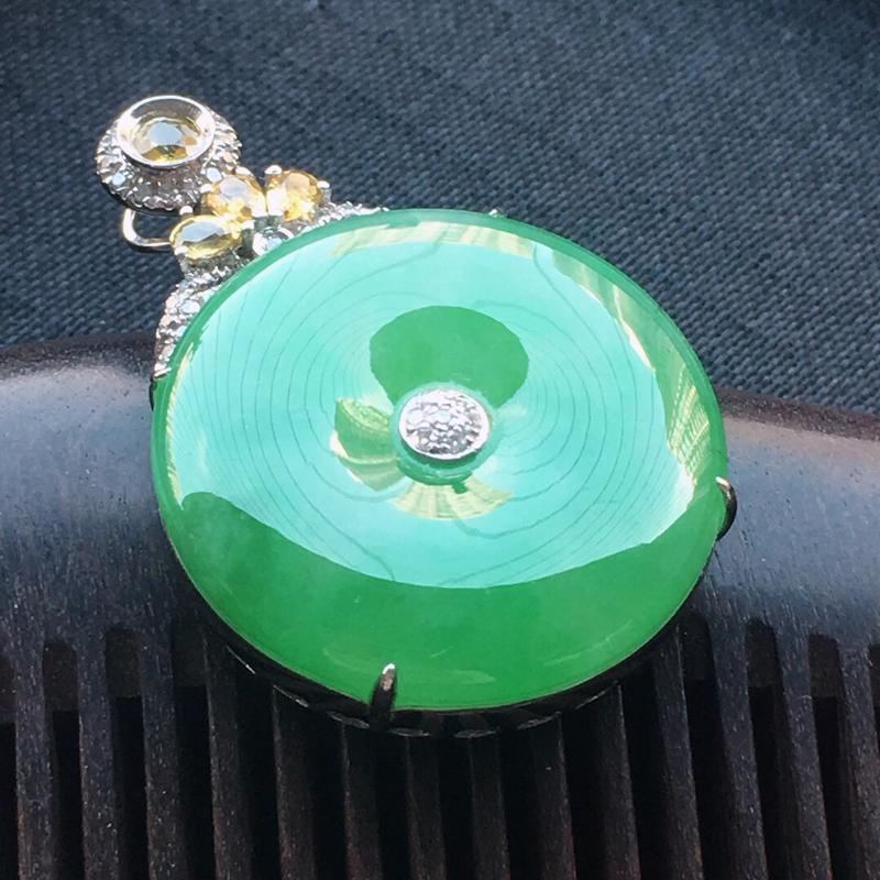 缅甸翡翠18k金伴钻镶嵌带绿平安扣吊坠,自然光实拍,颜色漂亮,玉质莹润,佩戴佳品,包金尺寸:31.6