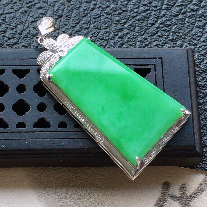 缅甸翡翠18k金伴钻镶嵌满绿素面牌吊坠,自然光实拍,颜色漂亮,玉质莹润,佩戴佳品,包金尺寸:38.6