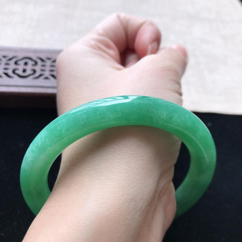 圆条:55。天然翡翠A货。老坑糯种满绿圆条手镯。玉质莹润,佩戴高贵优雅。尺寸:55*9.3mm