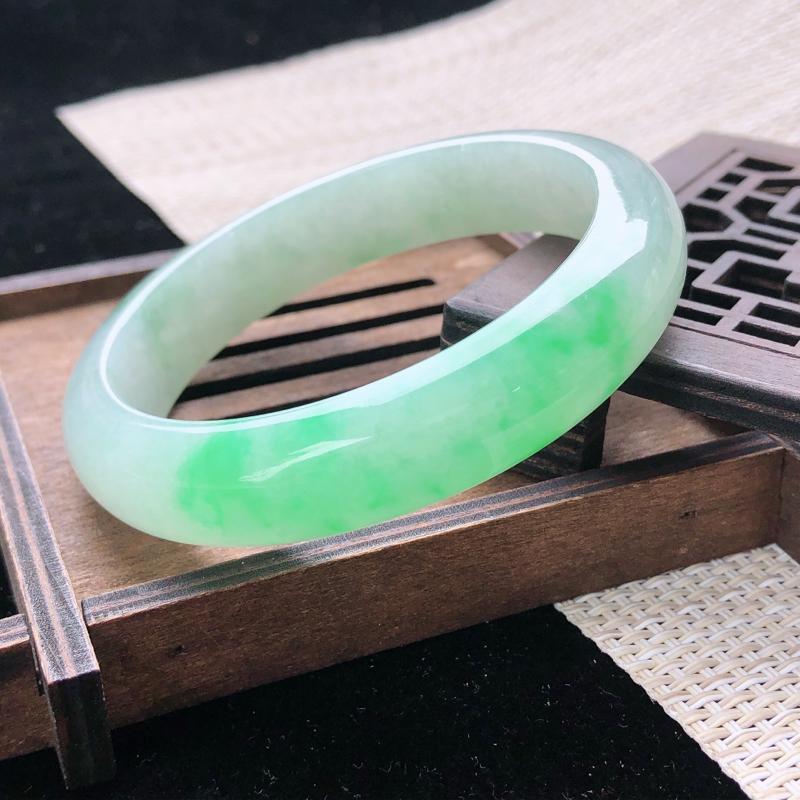 圈口:57,天然翡翠A货—飘阳绿莹润正圈手镯,尺寸:57/13/8.3,完美 绿意葱茏