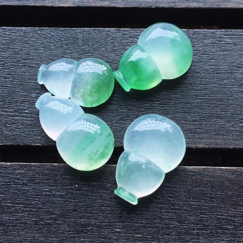 自然光实拍,缅甸a货翡翠,冰种飘绿花葫芦4件,玉质细腻,饱满,形体好,起胶感,雕工精细,镶嵌佳品,尺