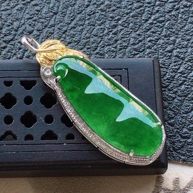 缅甸翡翠18k金伴钻镶嵌满绿发财豆吊坠,自然光实拍,颜色漂亮,玉质莹润,佩戴佳品,包金尺寸:36.3