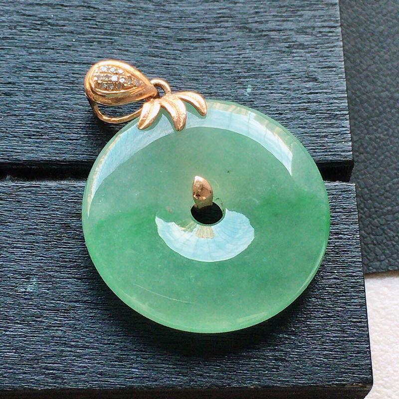 缅甸翡翠18k金伴钻镶嵌带绿平安扣吊坠,自然光实拍,颜色漂亮,玉质莹润,佩戴佳品,包金尺寸:29.2