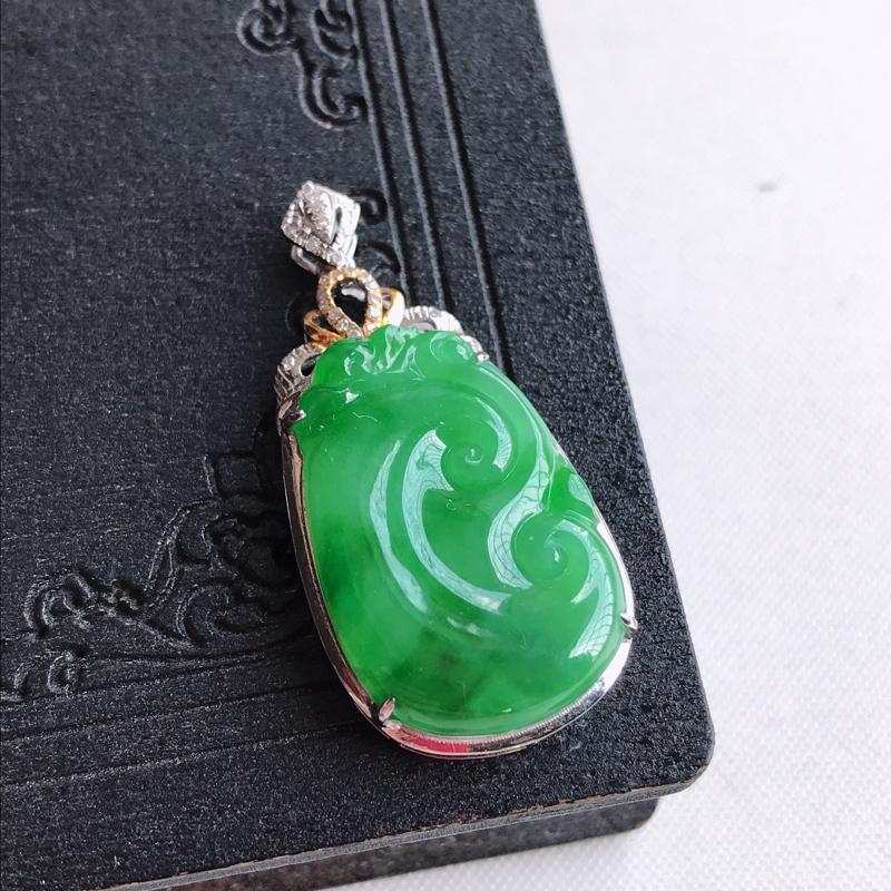 天然翡翠A货18k金镶嵌满绿如意吊坠,含金尺寸:34.6×16.6×6mm,裸石尺寸:23.2×15