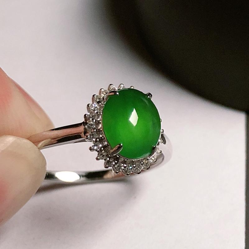 冰种满绿翡翠戒指,玉质水润冰透,质地干净通透,镶嵌款式精美,戒圈:14#