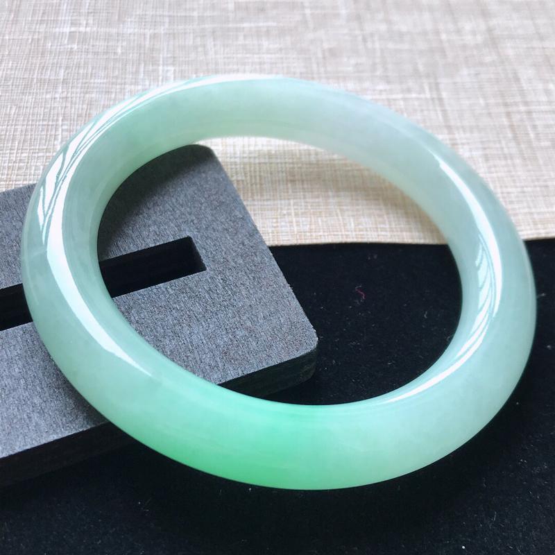 圆条:52.5。天然翡翠A货。老坑糯化种飘绿圆条手镯。玉质莹润,佩戴清秀优雅。尺寸:52.5*10m