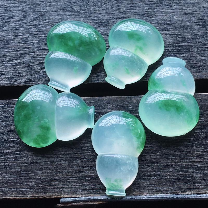 自然光实拍,缅甸a货翡翠,冰种飘绿花葫芦5件,玉质细腻,饱满,形体好,起胶感,雕工精细,镶嵌佳品,尺