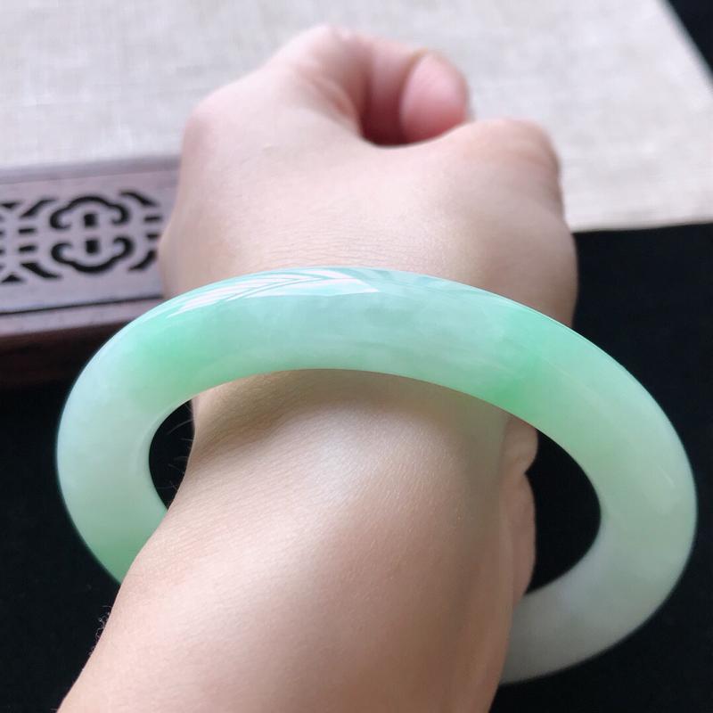 圆条:55.5。天然翡翠A货。老坑糯化种飘绿圆条手镯。玉质莹润,佩戴清秀优雅。尺寸:55.5*10.