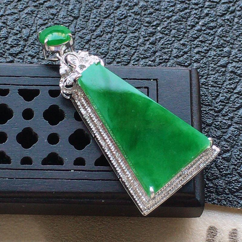 缅甸翡翠18k金伴钻镶嵌满绿素面牌吊坠,自然光实拍,颜色漂亮,玉质莹润,佩戴佳品,包金尺寸:33.8