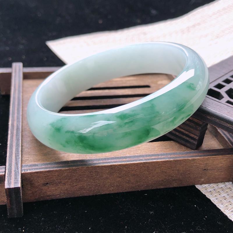 圈口:57-58,天然翡翠A货—飘绿莹润正圈手镯,尺寸:57.5/15/7.2,完美 