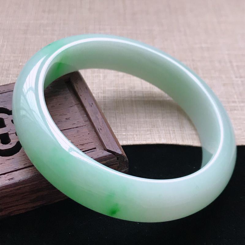 正圈:57。天然翡翠A货。老坑糯种飘绿手镯。玉质莹润,佩戴高贵优雅。尺寸:57*13.3*8mm