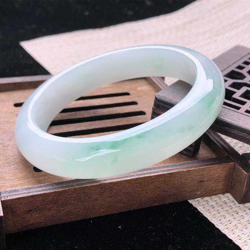 圈口:57,天然翡翠A货—飘绿水润正圈手镯,尺寸:57.1/12.7/8.6,完美 