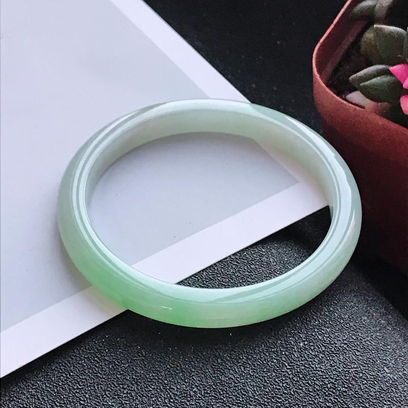 飘绿圆条,缅甸天然翡翠A货老坑手镯,尺寸57.2*7.7*7.4上手高档