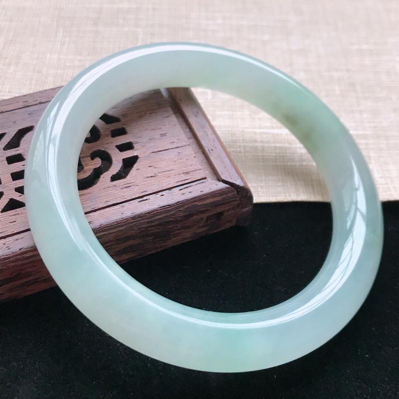 圆条:55.3。天然翡翠A货。老坑糯化种飘绿圆条手镯。玉质莹润,佩戴清秀优雅。尺寸:55.3*10m