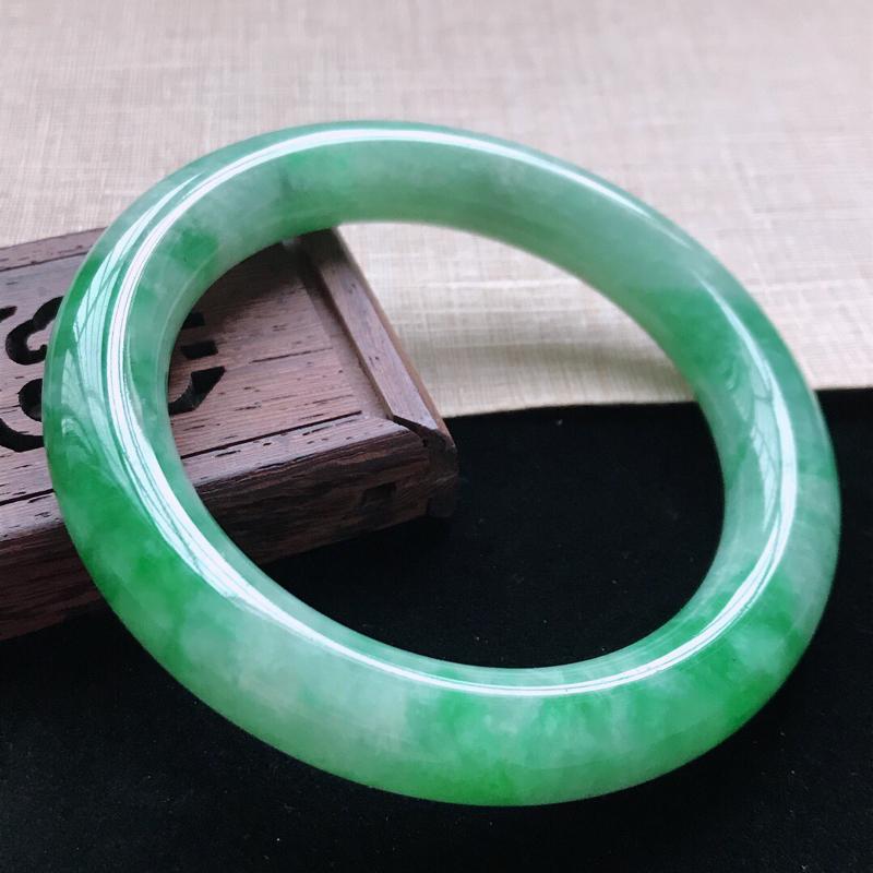 圆条:59。天然翡翠A货。老坑糯种飘绿圆条手镯。玉质莹润,佩戴奢华优雅。尺寸:59*11.6mm