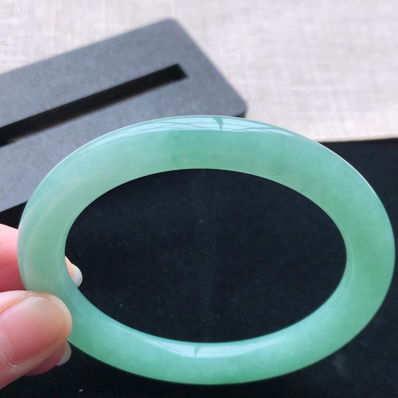 圆条:55。天然翡翠A货。老坑糯化种满绿圆条手镯。玉质莹润,佩戴奢华优雅。尺寸:55*8.5mm