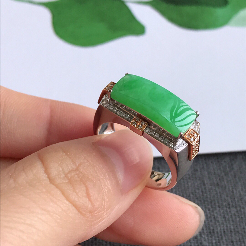 镶嵌18k金伴钻戒指,天然翡翠A货,内径18.9mm裸石长17-7-3.2