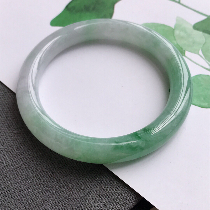 飘绿圆条天然翡翠a货手镯,圈口55.8-9.6-9.2飘绿圆条,料子细腻水润,佩戴在手高档