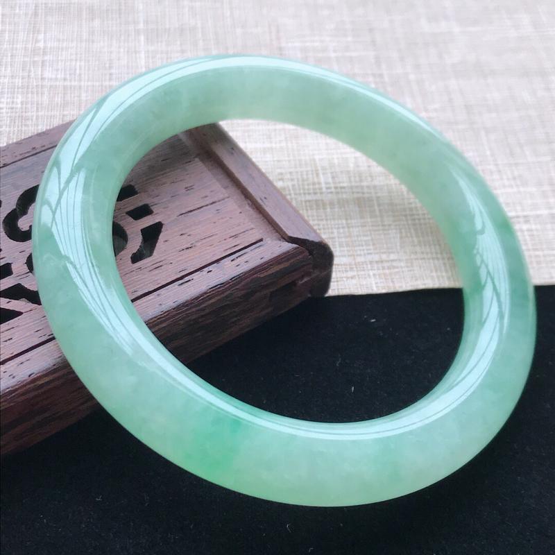圆条:55.8。天然翡翠A货。老坑糯化种飘绿圆条手镯。玉质莹润,佩戴高贵优雅。尺寸:55.8*10.