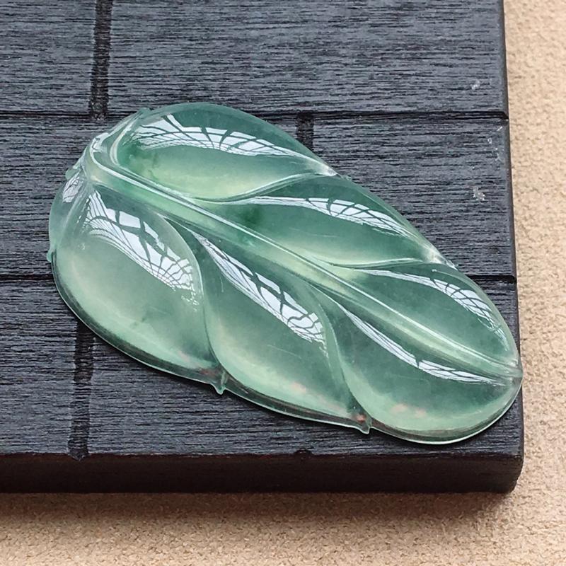 自然光实拍,缅甸a货翡翠,冰种淡绿玉叶,种好通透,底色漂亮,水润细腻,形体好