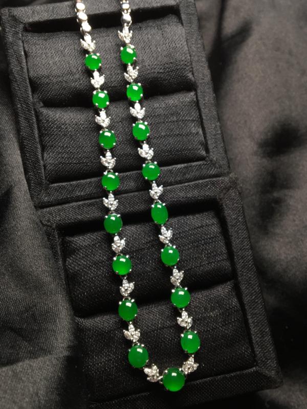 天然翡翠A货,18K金伴钻镶嵌项链,料子细腻,冰透水润,色泽鲜艳,款式精美,性价比高,实物更美