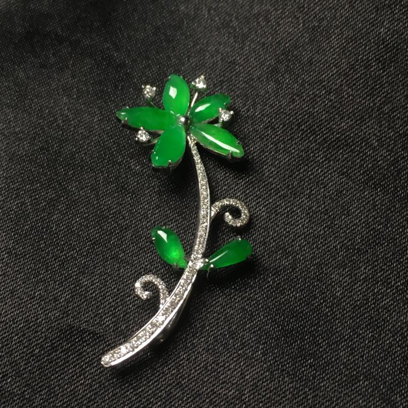 天然翡翠A货,18k金镶嵌钻石,满绿胸针,料子细腻,冰透水润,色泽鲜艳,款式精美,性价比超高,